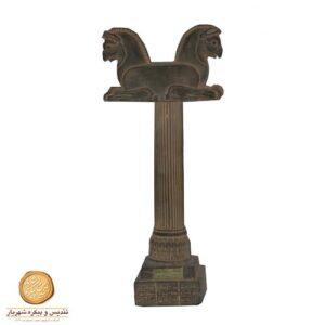 سرستون عقاب با ستون بزرگ